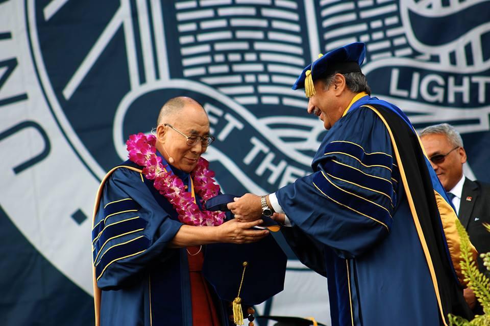 El Dalai Lama recibe la medalla de la Universidad de California